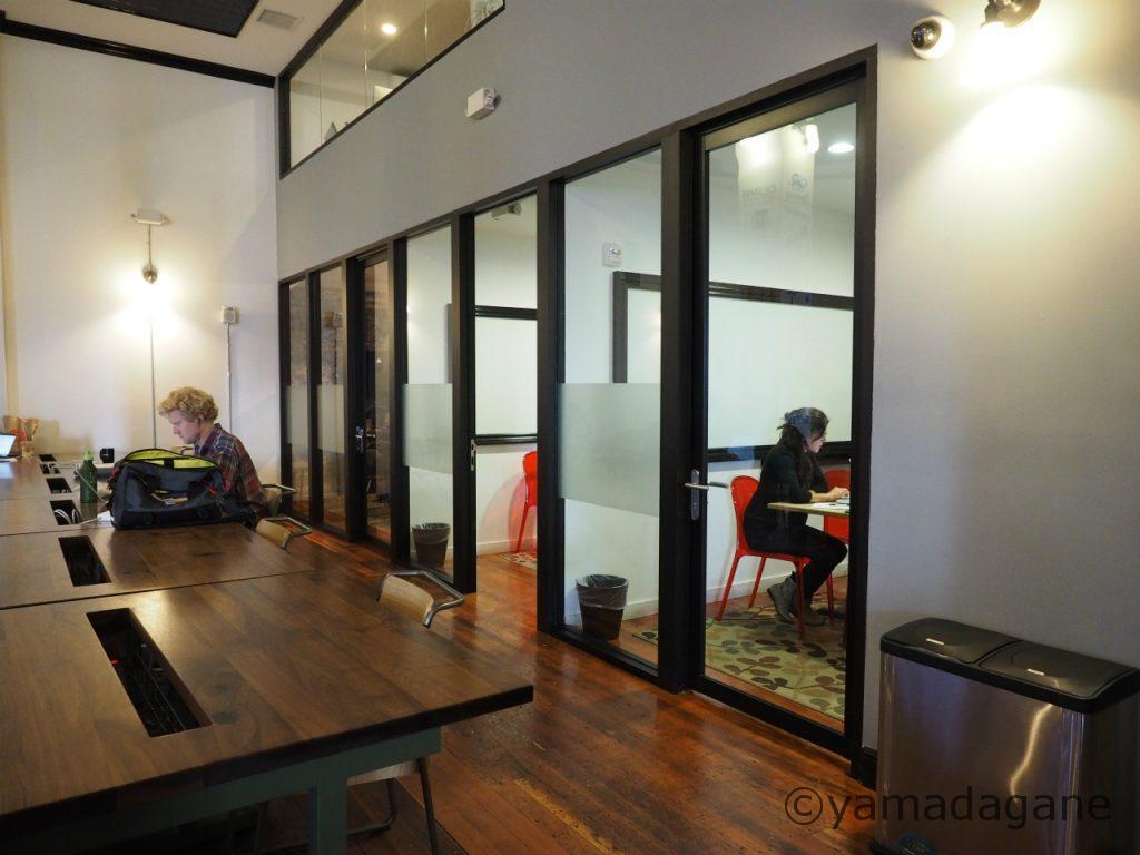 オープンスペースはもくもくと作業。おしゃべりしている人はほぼ見かけず。ビデオチャットや会議は個室で